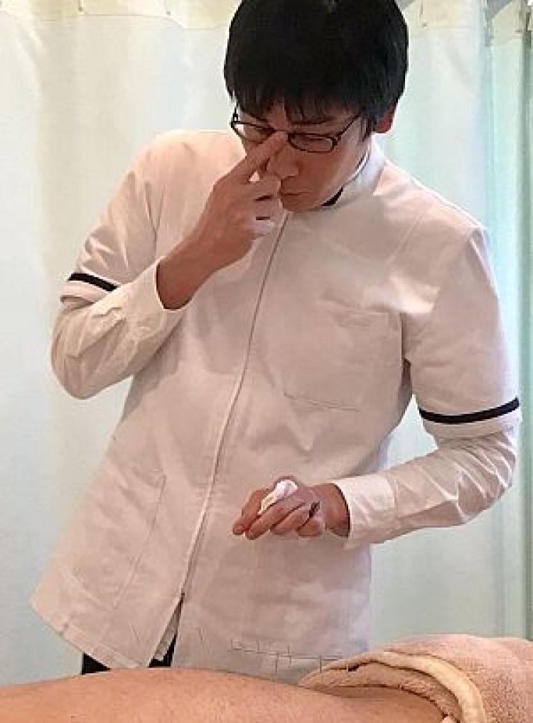 鍼道五経会で鍼治療の実技を行う南川峻英の写真
