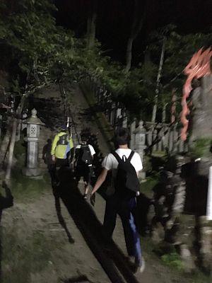 金剛山ナイトハイク、転法輪寺を通過の写真