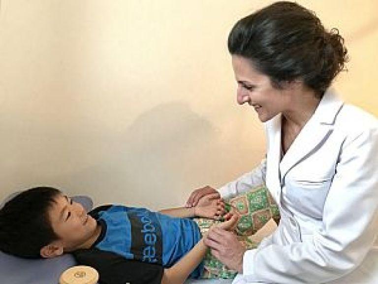 小児脈診をするMahtab先生