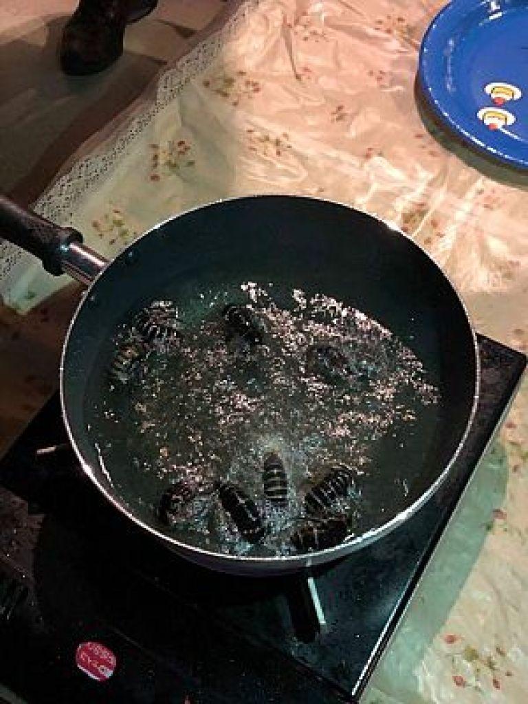 サツマゴキブリを油で揚げる