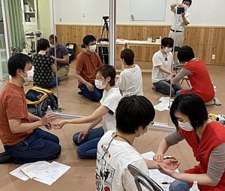 鍼道五経会の脈診指導風景
