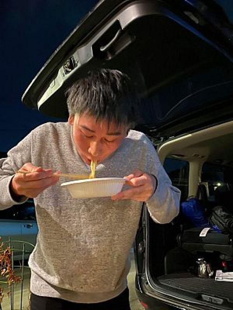 牡蠣出汁拉麺を食す南川先生