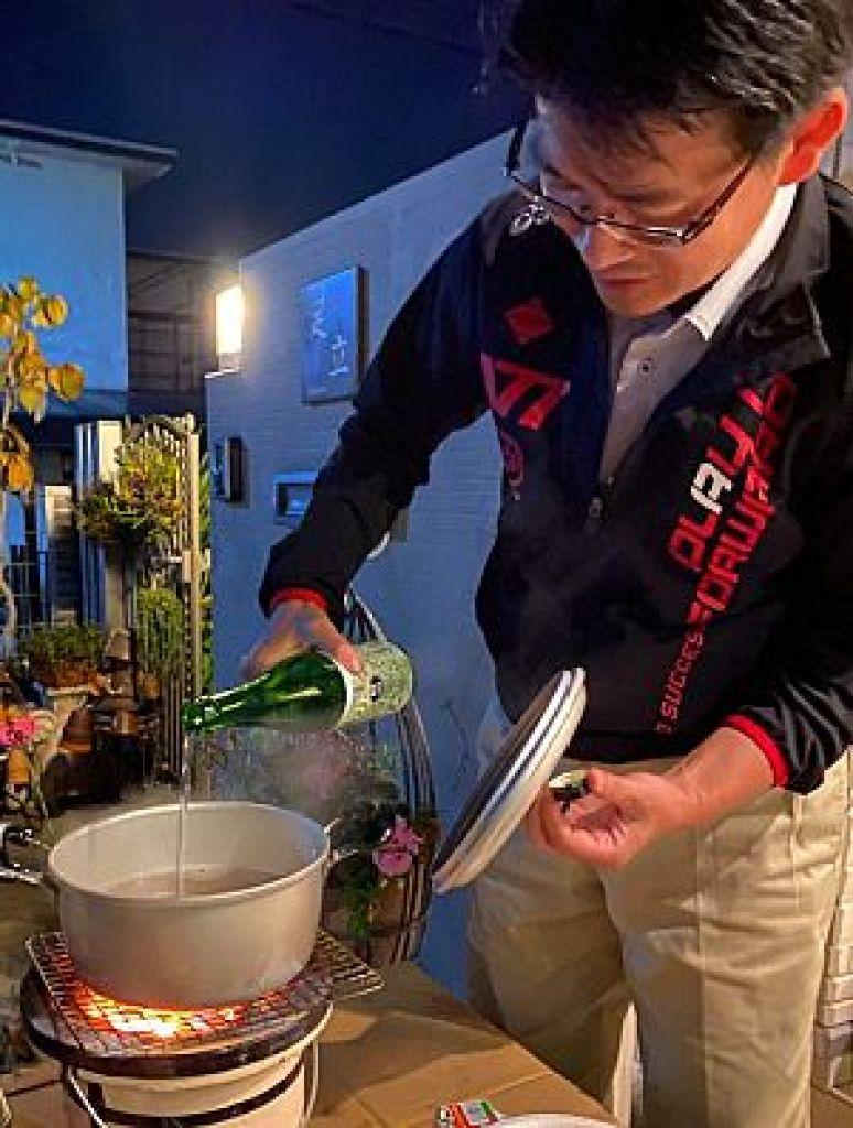 牡蠣出汁を作る足立繁久
