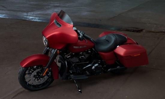 Motocykel Harley-Davidson touring Street Glide Special 114 farba Wicked Red Denim