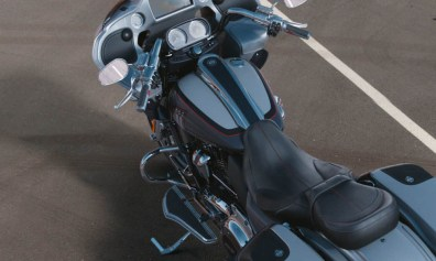 Motocykel Harley-Davidson CVO Road Glide farba Lightning Silver & Charred Steel With Black Hole