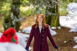 When aspiring romance novelist Kim Rossi (Alicia Witt) is unceremoniously dumped by her soon-to-be-published romance novelist boyfriend, Garth (Casey Manderson), Kim takes stock and decides to take a leap. She signs up for a romance writing retreat at a quaint Vermont Inn shortly before Christmas, where a top romance novelist is scheduled to attend. Shortly after arriving, she crosses paths with Zeke (David Alpay), whom she initially finds to be intrusive and, naturally, ends up being her assignment partner. Worse yet, her ex-boyfriend, Garth, is also at the retreat. Despite these bumps in the road, Kim steps outside her comfort zone and ends up surprising herself. Equally unexpected is the attraction that seems to be building between her and Zeke that promises to take her down a road she never imagined traveling. Photo: Alicia Witt Credit: Copyright 2017 Crown Media United States LLC/Photographer: Kailey Schwerman