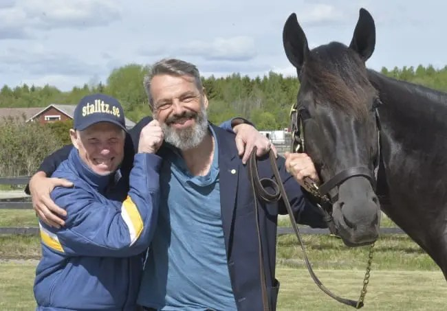 Stefan Melander (left) and his 2016 Elitlopp champ Nuncio were clowning around Wednesday with Pierre Pilarksi, owner of French Triple Crown champion Bold Eagle. Both Nuncio and Bold Eagle will contend Sunday's Elitlopp | www.stalltz.se