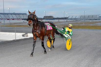 Fotowon | Tetrick returns Manone to the winner's circle Tuesday at Dover Downs after the driver won his 12,000th career race.