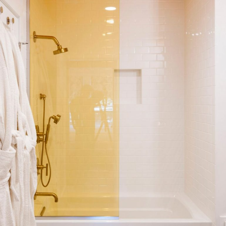 Small Bathroom Decor Ideas - Characterise with Colour in Small Bathroom - harpmagazine.com