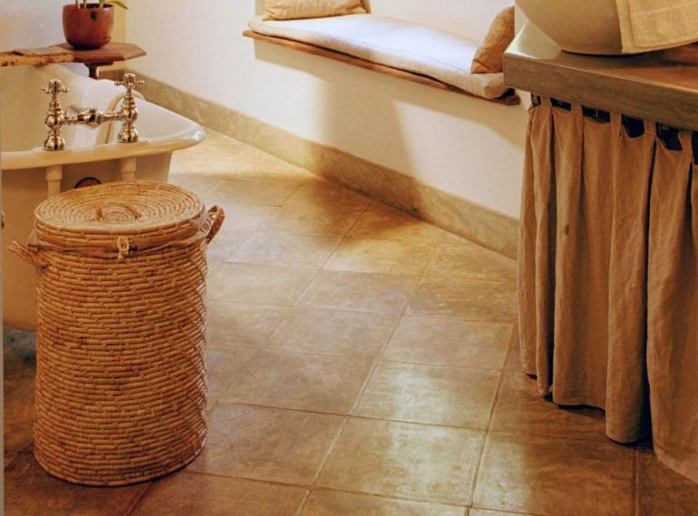 Diagonal Tile Looks Super In Small Bathrooms Decor Ideas