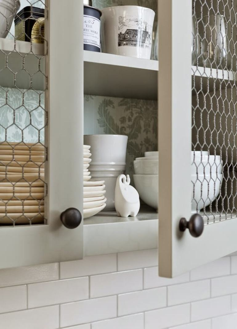 Farmhouse Kitchen Decor Design Ideas - Chicken Wire Lattice Cupboard Door Fronts - harpmagazine.com