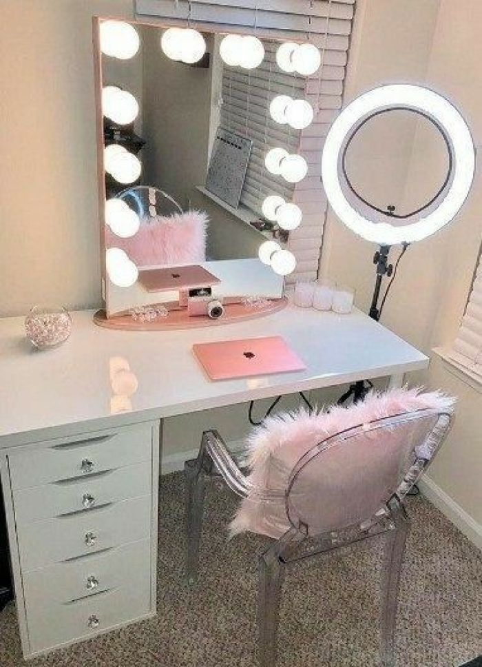 DIY Vanity Mirror with Lights for a Beauty Vlogger - Harptimes.com