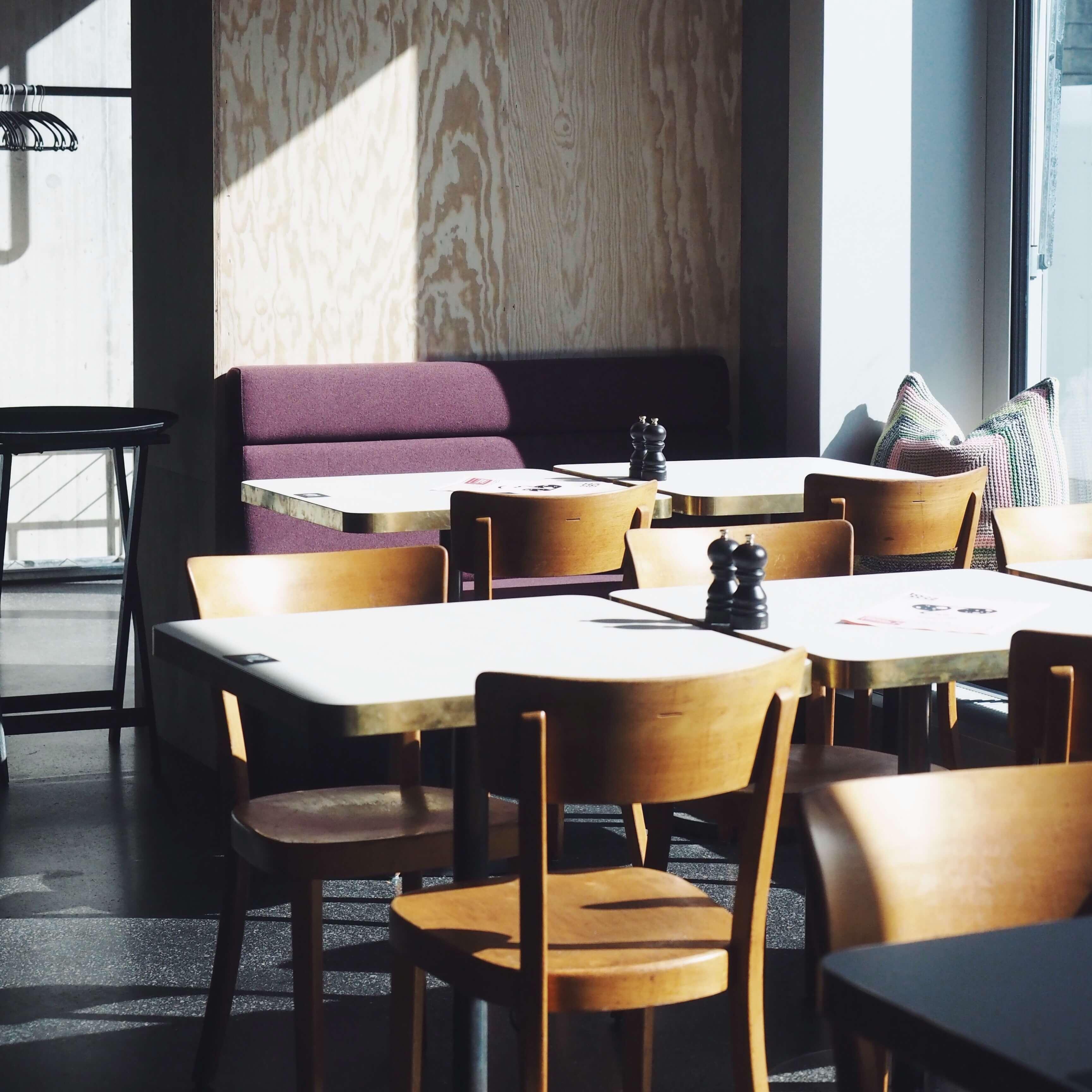 Café Kosmos Zürich Kopf frei machen bei Buch, Kaffee und Kuchen
