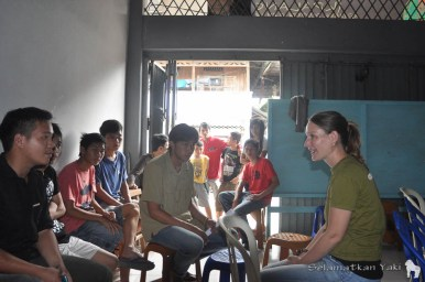 Thirza discussing yaki conservation in Langowan with the members of Kpalang.