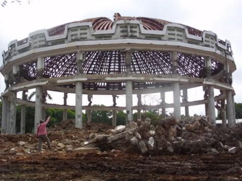 Saat penghancuran kubah. (foto: FajarSumatra.com)
