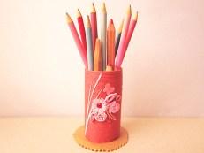 suport creioane handmade cu ata de bumbac hartiutze paper made rosu din carton hartie igienica decorat cu flori quilling roz si fluturas de hartie