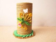 suport creioane hand made hartiutze paper made rosu din carton hartie igienica decorat sfoara de canepa cu flori quilling galben si verde si fluturas de hartie