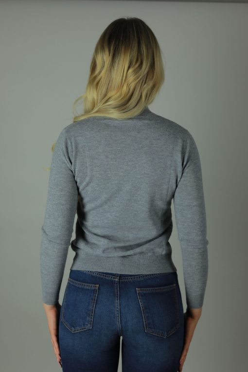 The 100% cashmere warm gray turtle neck is the luxurious feel you need against your skin this year. Designed with comfort in mind our cashmere turtle neck compliments any outfit, both light and roomy it will cool you in the summer months and leave you feeling cosy in the winter.