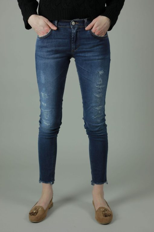 With 98% cotton and 2% elastane the Meghan Lisbon Jeans are comfortable and durable for year round wear. These jeans are skinny leg, superstretchy denim with frayed effect to rock any look. Front view.