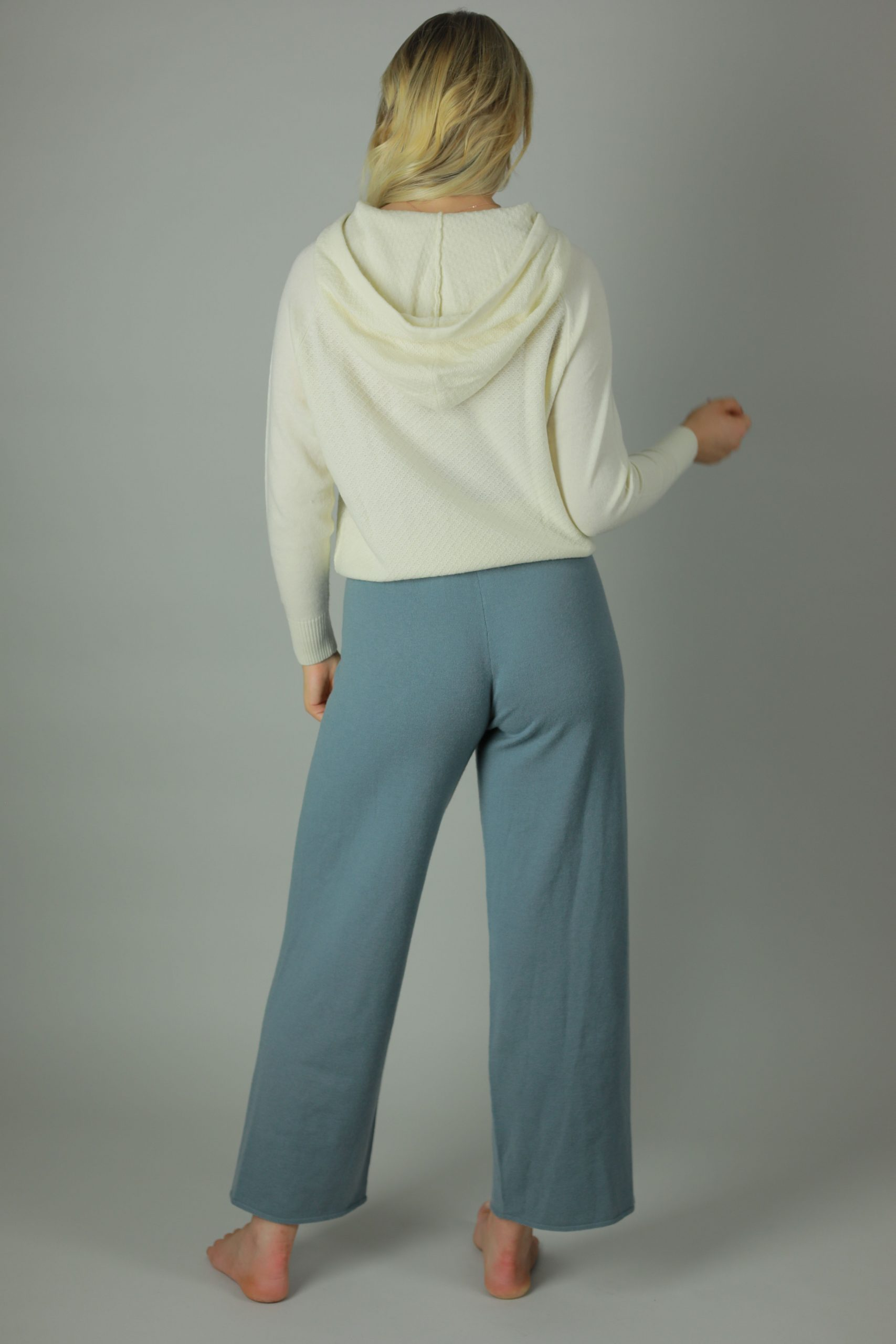 Year- round wardrobe staple, the Matti woollen sweat pants are built for comfortable and flattering fit. Stretchy, warm and the Matti has an elasticated waist and boot-cut leg.