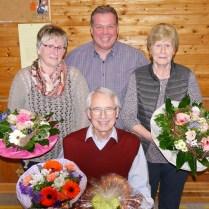 Blumen und ein Dankeschön gab es von Peter Keller (hi) für Manfred Nickel (vo), Else Schmidt (li) und Inge Janz (re)
