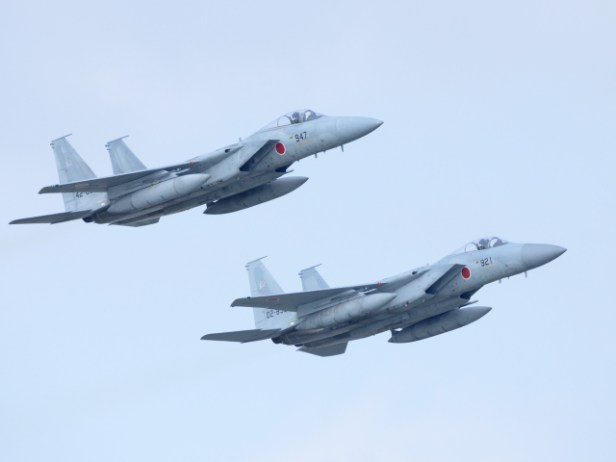 過密な離着陸の合間に訓練飛行も上がっていく