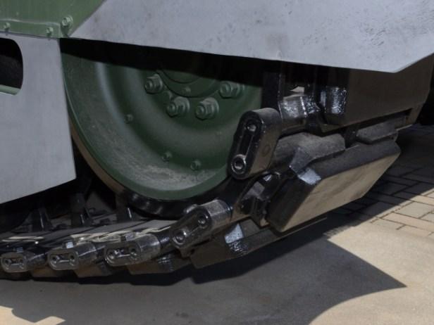 10式戦車の鉄履帯。スパイクタイヤのように凹凸で地面に食い込んで進んでいく。