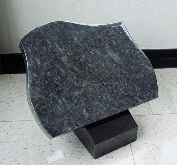 Graftegel Butterfly Blue graniet op Zwart granieten lessenaar A019