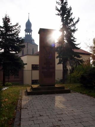 Bild: Denkmal zu Ehren der Opfer des Nationalsozialismus im Stadtpark von Hettstedt.