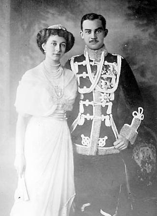 Bild: Die Kronprinzessin Viktoria Luise von Preußen und ihr Gatte Ernst August II. von Braunschweig. Dieses Bild ist gemeinfrei, weil seine urheberrechtliche Schutzfrist abgelaufen ist.