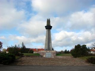 Bild: Der Obelisk Flamme der Freundschaft erinnert an die Versorgung des Walzwerkes Hettstedt mit sowjetischem Erdgas.