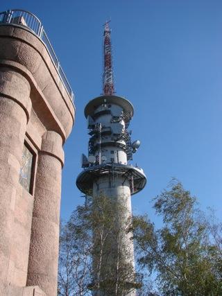 Bild: Tradition und Moderne. Der Bismarckturm und der Fernsehturm auf dem Petersberg bei Halle an der Saale.