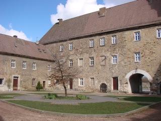 Bilder: Im Innenhof des Schlosses zu Schochwitz.