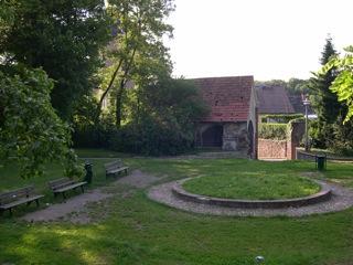 Bild: Blick auf das Bahrenhaus auf dem ehemaligen Friedhof von Hettstedt.