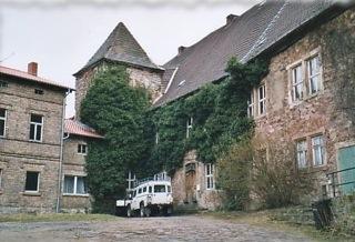Im: Schlosshof des Schlosses zu Friedeburg.