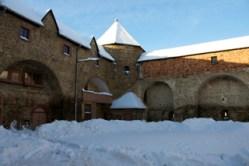 Bild: Der Rundturm des Schlosses zu Harzgerode war einst Teil der Stadtbefestigung. Ansicht vom Inneren des Schlosshofes.