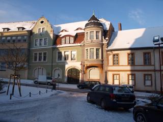 Bild: Das Landratsamt des ehemaligen Mansfelder Gebirgskreises in Mansfeld gegenüber der Stadtkirche St. Georg.