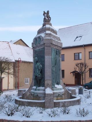 Bild: Der Lutherbrunnen in der Altstadt von Mansfeld.