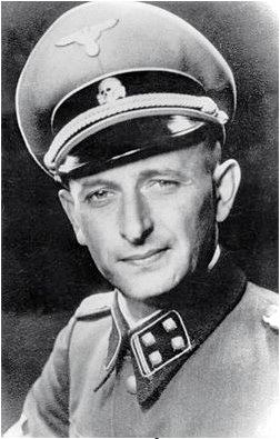 Bild: Adolf Eichmann in der Uniform der SS. This work is free software; you can redistribute it and/or modify it under the terms of the GNU General Public License as published by the Free Software Foundation; either version 2 of the License, or any later version. This work is distributed in the hope that it will be useful, but without any warranty; without even the implied warranty of merchantability or fitness for a particular purpose.
