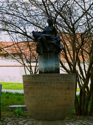 Bild: Statue der Heiligen Margarethe auf dem Kirchhof der gleichnamigen Kirche.