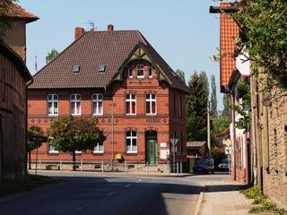 Bild: Die ehemalige Post in Wegeleben. Wegeleben ist der Geburtsort von Martin Bormann. Bild: © 2011 by Bert Ecke