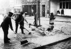 Bild: Am 21. März 1921 riefen die radikalen Kräfte innerhalb der kommunistischen Strömungen zum Generalstreik aus. In Eisleben wurden auf dem Markt die Schaufenster der Geschäfte eingeschlagen und es kam zu Plünderungen. Dieses Bild ist gemeinfrei, weil seine urheberrechtliche Schutzfrist abgelaufen ist.