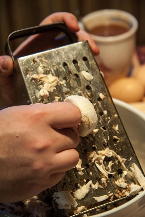 Bild: Für die Farce zum Filet Wellington frische Champignons fein reiben.