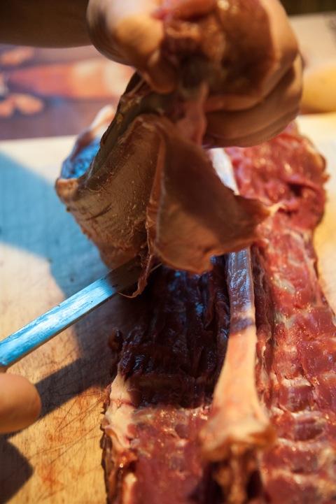 Bild: Aus dem Damwildrücken die beiden Filets mit einem scharfen Messer entlang der Wirbelsäule und der Rippenbögen vorsichtig auslösen.