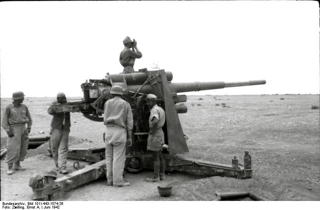 Bild: Deutsche Soldaten des Afrikakorps während des Nordafrikafeldzuges an einer FlaK 88. Bild: Under the licence of Commons:Bundesarchiv. Bundesarchiv, Bild 101I-443-1574-26 / Zwilling, Ernst A. / CC-BY-SA.
