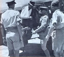 Bild: Generalmajor Heinrich Kreipe mit dem verletzten Arm bei seiner Ankunft in Kairo. Dieses Bild ist gemeinfrei, weil seine urheberrechtliche Schutzfrist abgelaufen ist.