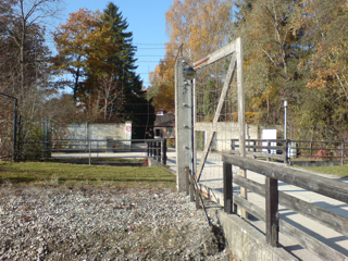Bild: Elektrisch geladener Lagerzaun (Aufnahme in Gedenkstätte KZ Dachau).