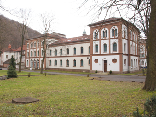 Bild: Die ehemalige Klosterschule in Ilfeld war der Sitz der Firma Mittelwerke GmbH, in der die Vergeltungswaffen V1 und V2 produziert wurden.