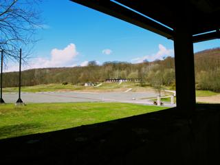 Bild: Blick auf das Freigelände des ehemaligen Konzentrationslagers Mittelbau-Dora aus dem Wachturm.