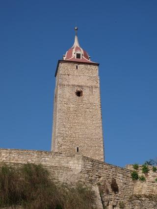 Bild: Der Bergfried mit einer Höhe von 27 Metern und der barocken Haube überragt Burg und Ort Hausneindorf.